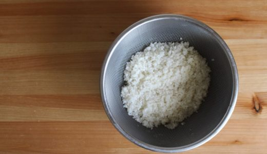 米の浸水にザル上げするべきか? 意見の分かれる2通りの吸水方法。